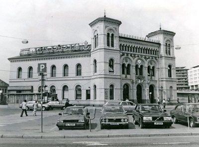 Vestbanestasjonen med parkeringsplassen,.mai 1982.