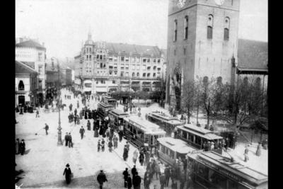 Vogner tilhørende AS Kristiania Sporveisselskap og AS Kristiania Elektriske Sporvei foran Domkirken, trikk motorvogn linje 4 var tidligere kommunal vogn.
