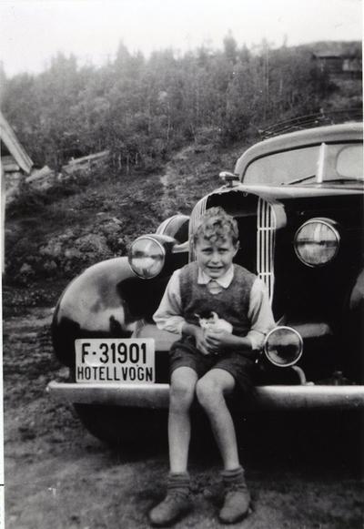 Jakob Eikre på støytfangaren til hotellvogna, Oldsmobile F-31901