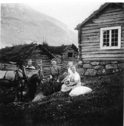 Familien Gustav Lyngås. Til høgre: Karoline Hagen på Fossen i Hemsedal.