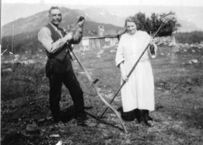 Knut Sletto og Kari Sletto ved utleigehytta Sommerro. Dette var den fyrste utleigehytta i Hemsedal.