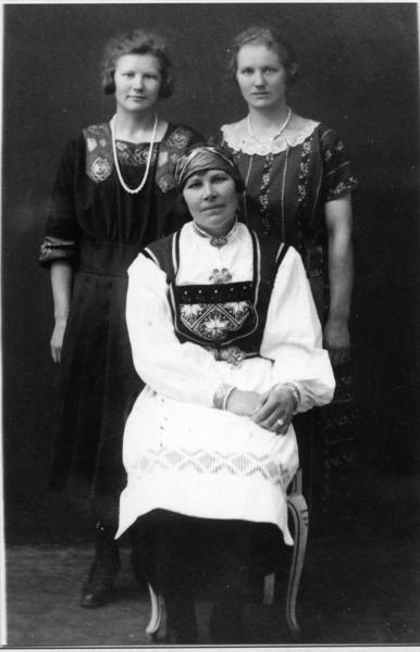 Fremst: Anne Løken, fødd 1880