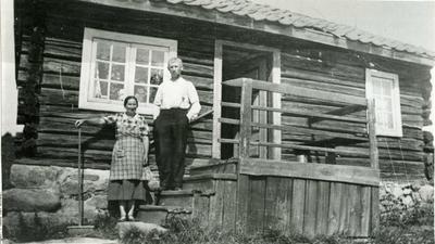 Ekteparet Kirsti Bakken og Torvald Bakken på trappa til stua Grymyrsbakken