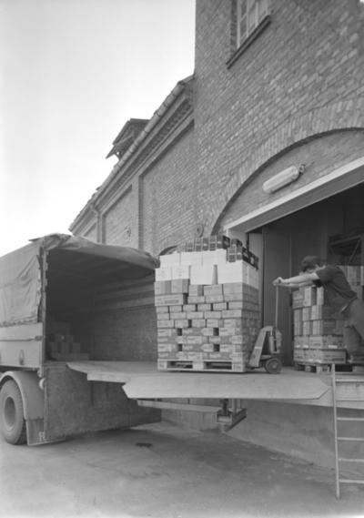 Nestle A/S, Hamar.. Lasting av varer på paller over på lastebil. Transport.