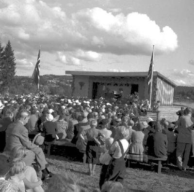 OPERASANGERINNE KIRSTEN FLAGSTAD OG AMUND RAKNERUD VED FLYGELET, KONSERT PÅ DOMKIRKEODDEN, HAMAR 30. AUGUST 1953, UTENDØRS OPERAKONSERT. PUBLIKUM OG UTENDØRSSCENEN. FOTO FOR HAMAR ARBEIDERBLAD ENDRES TIL 10