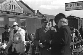 Kongefamilien og regjeringen ankommer Hamar jernbanestasjon 9. april 1940. Kronprins Olav og Kronprinsesse Märtha.