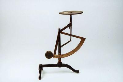 postmuseet, gjenstander, vekt, postvekt, liten brevvekt på tre ben, rund flat skål