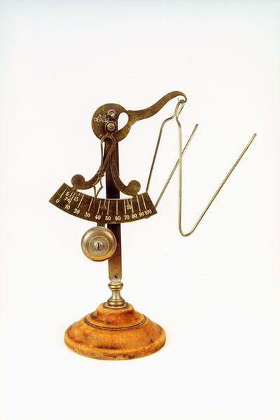 Postmuseet, gjenstander, vekt, liten brevvekt med bøyle til å legge brev i, vektskala.