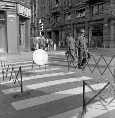 Fotgjengerfelt i krysset Grensen og Akersgata, Oslo. Fotografert mai 1959.