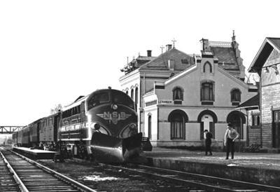 Diesellokomotiv Di 3 602 med nordgående dagtog på Levanger stasjon