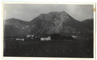 Bø på Engeløya. Bygd. Gård Bakkehaug.