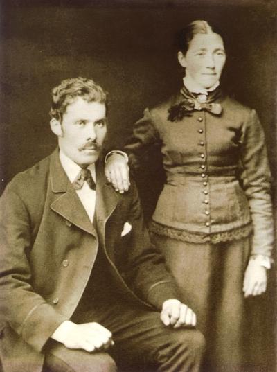 Portrett. Johan Berner Jakobsen og hans kone Hanna Fredrikke Martinussen hos fotografen. Bryllupsbilde? Forlovelsesbilde? Atelierbildet.