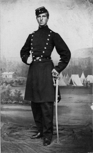 portrett, mann, premierløytnant, uniform, stående helfigur, bakteppe: militærleir, telt