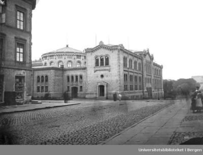 Karl Johans gate 22. Bygningen ble oppført i årene 1861-66. Arkitekt var svensken Emil Victor Langlet. Den 5. Mars 1866 møtte Stortinget første gang i sin egen bygning.