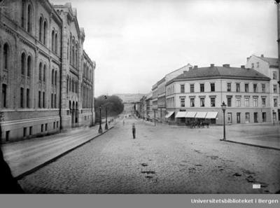 Stortinget til venstre med adresse Karl Johans gate 22.