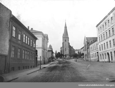 St.Olafskirke har adresse Akerveien 1. Husrekken på høyre side er leiegårder