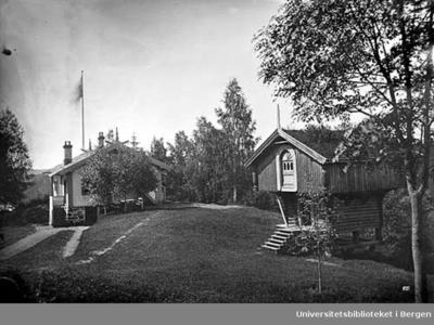 Sarabråten ble kjøpt av konsul Thomas J Heftye i 1856 og bygd som sommerbolig.