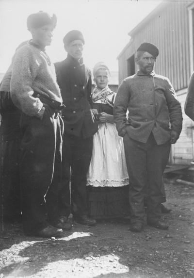 Fiskere i Kiberg 1899. En nordmann til venstre og de andre russiske.