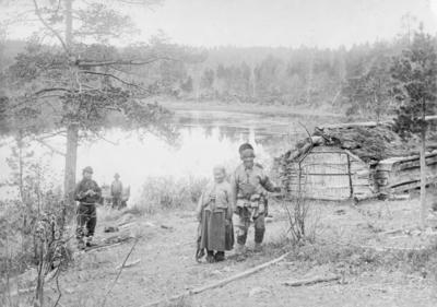 Skoltesamer ved Nordre ende av Langvannet i Pasvik 1902.