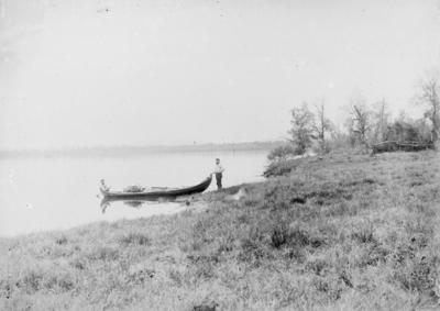 To menn i elvebåt på Pasvikelva ved Svanvik, Salmijærvi