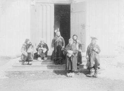Samer på kirketrappa, Kirkenes ca år 1900