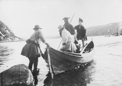 Per John Savios og Ole Johnsen Musts avreise fra Sør-Varanger. De fulgte Carsten Borchgrevinks sydpolekspedisjon 1898-1900.