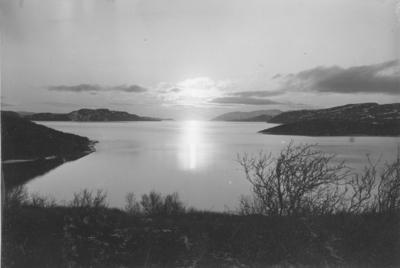 Midnattsol over Bøkfjorden sett fra Prestebukta.