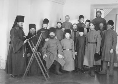 Prester og munker i Pechenga kloster.
