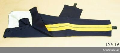 Långbyxor m/1854, Långbyxor m/1854 för general vid Generalitetet : Av mörkblå diagonal. Revärer i gult kläde, 88 mm breda. Sidenfoder i linningen, två sidofickor. Gylfknäppning. 7 knappar. Hällor av resår. Har tillhört Gustav VI Adolf (1882-1973).