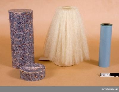 Plym,  : Plym av vitt tagel på stomme av vitmetall.