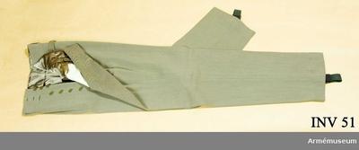 Långbyxor m/1923, Långbyxor m/1923 för Generalitetet : Gråbrungrön diagonal. Livet fodrat med grått siden. Fickfoder i vit bomull. 2 fickor knäppta med knappar märkta: Militär Ekiperings Aktiebolaget.  Hällor av resår, fästade med knappar. Har tillhört Gustav VI Adolf (1882-1973).
