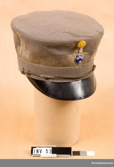 Mössa m/1923, Mössa m/1923 för general vid Generalitetet : Gråbrungrön diagonal. Skärm av svartlackerat läder. 4 stolpar av resp. 2 smala silvergaloner, 1 cm breda. 3 cm bred silvergalon kring nedre delen av kullen. Gul sidenkokard och förgylld blåemaljerad knapp med 3 kronor framtill. Svart sidenfoder med firmamärket: MEA. Svettrem i beigebrunt läderskinn.
