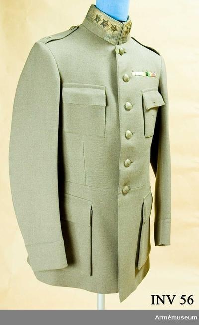 Vapenrock m/1923, Vapenrock m/1923 för general vid Generalitetet : Av gråbrungrön diagonal. Foder av grått siden, i ärmarna vit och brun randigt. 4 påsydda fickor. Enkelknäppt med generalitetets knappar, 6 st av bronserad mässing. I ryggen två knappar. På axelklaffarna generalitetets emblem. På ståndkragen generalsgalon i silver med 3 generalsstjärnor i guld på vardera sidan. Har tillhört Gustav VI Adolf (1882-1973).