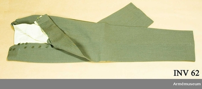 Långbyxor m/1939, Långbyxor m/1939 för general vid Generalitetet : Gråbrungrön yllediagonal. Livet fodrat med beige vitt siden och i framfickorna. Bakficka och gylfen knäpps  med gråbrungröna bakelitknappar. Har tillhört Gustav VI Adolf (1882-1973).