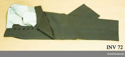 Långbyxor m/1939, Långbyxor m/1939 för general vid Generalitetet : Av brun diagonal. Foder av grått bomullstyg vid linningen. Två sidofickor och två bakfickor. Spännslejf i ryggen. Bakelitknappar i gylfen. Har tillhört Gustav VI Adolf (1882-1973).