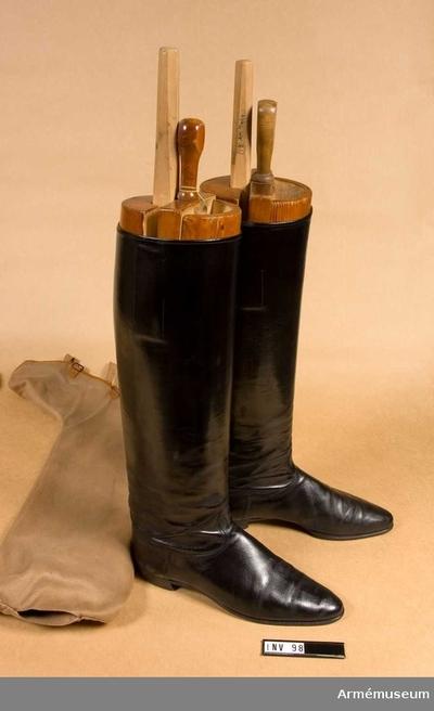Ridstövel, Ridstövel för Generalitetet : Ridstövlar av svart läder, lackskinn: Randsydd tunnsula. Pådragstampar på innersidan. Stövlarna har en spricka bak på vänster stövelskaft. Försedda med block i tre delar, av trä.  Stl 44. Ljusbrunt fodral med brunt kantband. Har tillhört Gustav VI Adolf (1882-1973).
