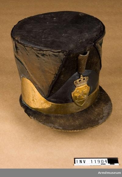 Hatt, Hatt för officer vid Savolax fotjägarregemente : Grupp C I. Hatt för officer, 1800-talets början.  Tschakot av svart filt, rak, 18 cm hög. Övre delen har rund rak botten av svart läder, 21 cm i diameter. På tschakotens framsida finns en hållare för en ståndare. Foder saknas men på botten finns en papperslapp som är fastklistrad och på vilken det står: