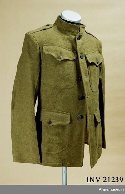 Vapenrock, Vapenrock för manskap vid infanteriet, USA : Grupp C I. Ur uniform för manskap USA.  Består av vapenrock, byxor, damasker, hjälm, skor, fältflaska, patronbälte, brödväska och patronväskor. Rock av kakikläde. Enradig med fem knappar. Axelklaffar av samma kläde, fastsydda i ärmsömmen och fästes vid rocken med en knapp. Klaffens l:130 mm, b:65 mm. På framsidan två innerfickor och två större innerfickor och två större sidofickor: alla täckta med runda  trespetsiga ficklock försedda med en knapp. Foder av kakibomullstyg med två innerfickor. På kragens inre sida finns en fastsydd etikett med påskriften