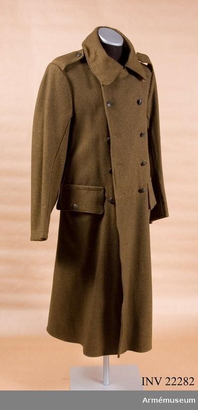 Kappa, Kappa för manskap vid infanteriet, Belgien : Grupp C I. Ca 1900. Av kakifärgat kläde. Tvåradig, var rad med fem knappar. I ryggsömmarna finns två järnhakar för att hålla uppe bältet. På kappans baksida finns ett sprund med två knappar. Baktill i livet är en slejf, som består av två delar och försedd med två knappar på ena sidan och två knapphål på den andra, fästad. På båda sidor om ryggsömmarna finns en knapp för att fästa kappans fållar försedda med två knapphål. Axelklaffar av samma kakikläde fastsydda vid ärmsömmarna samt fästade vid rocken med knappar. Fickor: på framsidan finns två stora innerfickor med fyrkantiga fick lock försedda med en knapp. Foder av gult bomullstyg med två innerfickor på varje sida, försedda  med en knapp. På ryggfodret finns två stämplar: