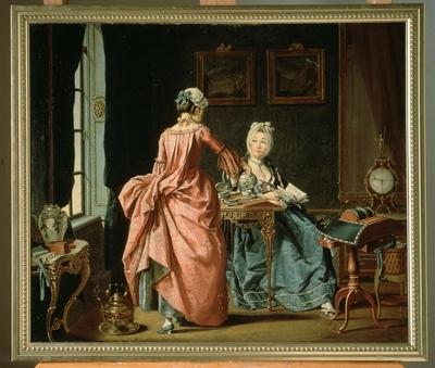 Interiörmålning:Ett fruentimmer sitter och läser, kammarjungfrun kommer med Thé