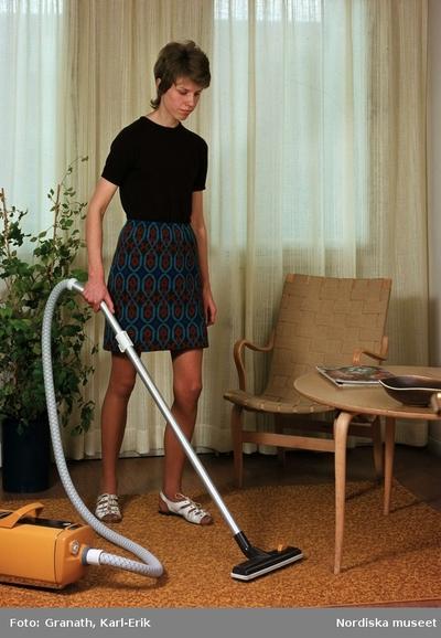 Kvinna dammsuger matta