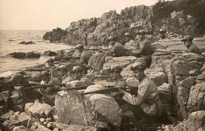 Män ur Landstormen på en klippig strand. Värnpliktsuppbåd omfattande de äldsta värnpliktsklasserna i tidigare svensk försvarsorganisation.