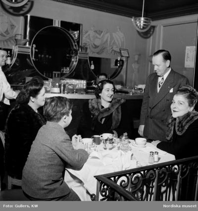 Ett sällskap på café