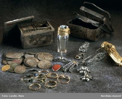 Skatt bestående av ringar, smycken, sminkdosa och mynt från 1700-talets mitt. Nordiska museet