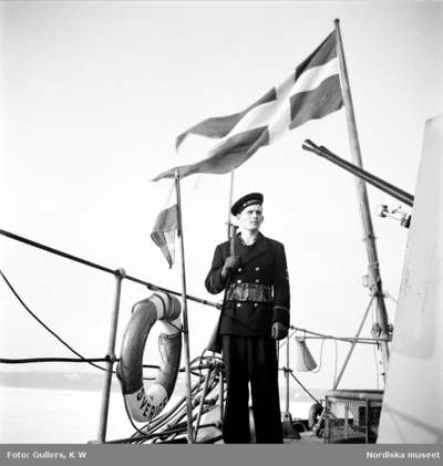 Örlogsfartyg, svenska flottan. Vaktpost under svenska örlogsflaggan ombord på pansarskeppet HMS Sverige.