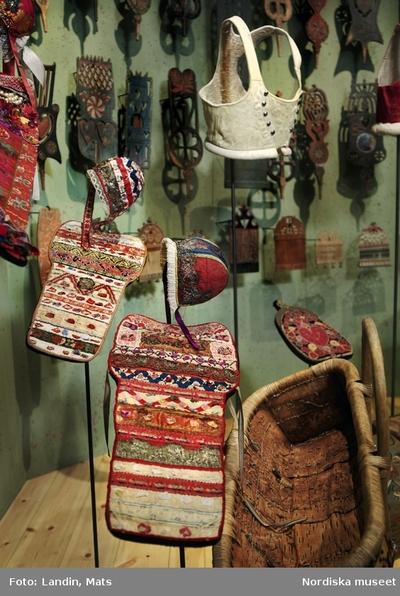 Folkkonst Kläder : Folkdräkt Livets högtider : Dop Motivkategori : Föremål Redskap / Verktyg