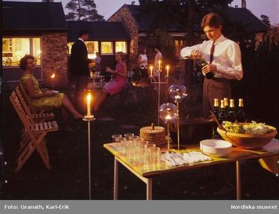 Bebyggelse : Bostadshus Fest Kvinna Man Måltid Möbler Trädgård