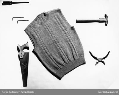 En stickad pullover och verktyg.