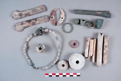 Os gravés, dés à coudre, breloques, perle, anneaux, dent perforée, manche de couteau, collier, pesons