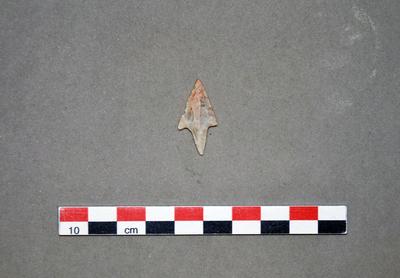 Pointe de flèche triangulaire pédonculée à ailerons